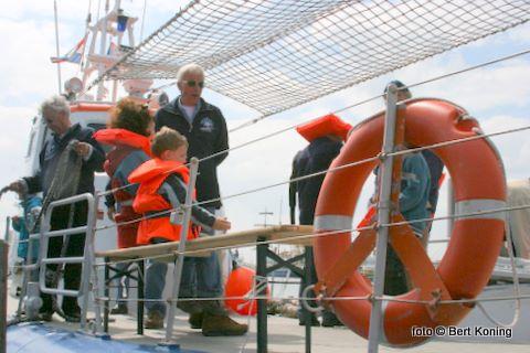 De vrijwillige bemanning van het Reddingmuseum genoten ook deze éérste maal vanaf Texel. 'Tot volgend jaar' klonk het bij het verlaten van de haven met deze historische boot uit 1967