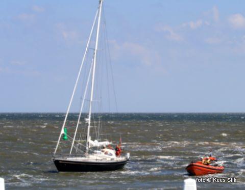 Zaterdagmiddag liep op de Bollen voor de haven een Nederlands zeiljacht aan de grond. De Fransine Kroesen uit Oudeschild maakte een sleepverbinding en begeleide het jacht met één opvarende naar de haven.