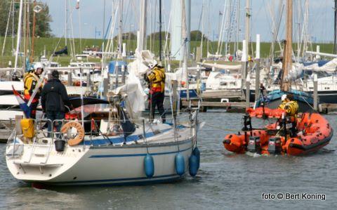 Het Nederlandse zeiljacht uit IJmuiden had pech bij de T8 voor de Oudeschilder haven. Het verloor zijn schroef en durfde op het zeil alleen niet naar binnen. De KNRM-boot Maria Paula sleepte het stuurloze jacht veilig naar binnen.