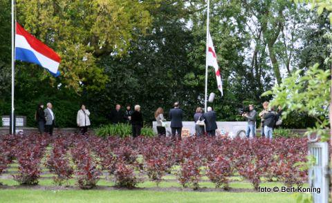 Behalve de algemene herdenking in Den Burg op 4 mei vond ook weer een jaarlijkse bijeenkomst plaats op de Hoge Berg. Oud-verzetstrijder Huug Snoek staat hier met de Georgische Ambassadeur in het midden bij het monument