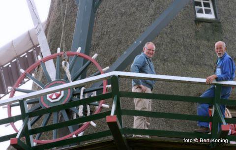 De molenaars Arie de Ligt(l) en Dick Haker bij het kruirad op de omloop