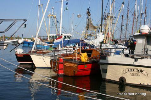 Ook de noorder- en zuiderhaven raakte vol met jachten. Naar schatting lagen met Hemelvaart ruim 400 jachten in de Oudeschilder haven.