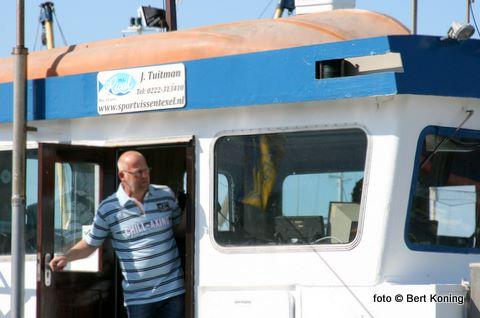 Schipper Jaap Tuitman van de Rival is klaar voor de afvaart op zondagmorgen.
