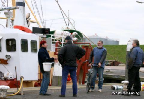 Bij de gebroeders de Vries uit Oudeschild is er op de kade bij de 'Broedertrouw' altijd aan het einde van de visweek wel even tijd voor een gezellig praatje of een sterk verhaal