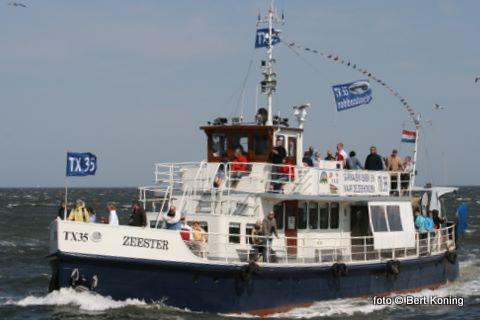 De Zeester van Johan Hutjes uit Oudeschild deed gisteren een opmerkelijke vangst tijdens het demonstratievissen. In de garnalenbox trof men een 70 centimeter grote hondshaai aan. Het nog levende exemplaar is overgebracht naar Ecomare.