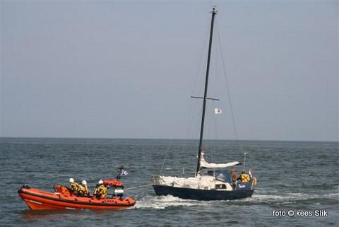 Zondagmiddag kwam de Francine Kroesen de Twister te hulp even buiten Oudeschild. Het jacht met twee opvarenden was aan de grond gelopen en werd door de reddingboot veilig naar de Waddenhaven gesleept.