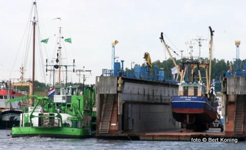 De garnalenkotter 'Pieter van Aris' van de familie van der Vis uit Oosterend stond deze week droog in dok. Naast het scheepsdok brengt gelijktijdig de baggeraar Eureka de haven weer op diepte.