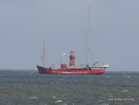 Woensdag werd het schip vanaf Griend versleept naar Texel door de Anita uit Harlingen. Normaal zendt Radio Waddenzee van hieraf uit op de middengolf:1602 AM. Tot eind juli ligt men nu afgemeerd tussen de Texelstroom 18 en 20.  Pal voor(!) de Zeeuwse mosselpercelen.