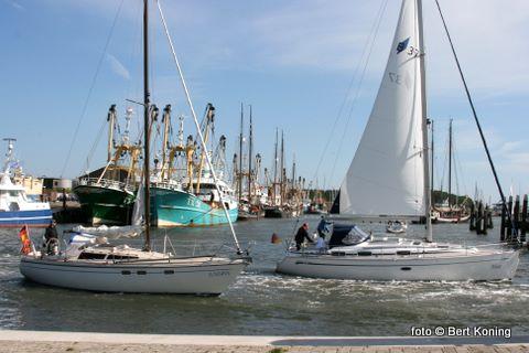 De beiden Pinksterdagen was de Waddenhaven weer geheel vol en genoot men bij de havenmond met een stevige noordooster weer van de uitzeilende vloot.