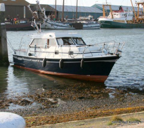 Tijdens zijn vaartocht en aanvaringen door de haven beschadigde hij ondermeer zijn preekstoel (de reling op het voorschip) en sneuvelde er een voorruit. Woensdagmorgen was de Carlot weer los van de kant.