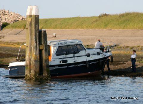 Dinsdagavond raakte de motorkruiser Carlot uit Akersloot door nog onbekende oorzaak op de dijk in de werkhaven van Oudeschild. Voordat de schipper ( als enige opvarende) hem op de kant zetten beschadigde hij diversen schepen in de haven. De politie neemt hier de situatie op met de schipper.