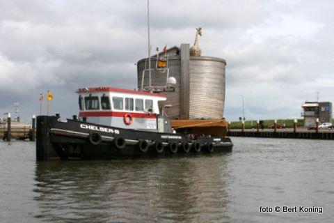 Donderdagmiddag rond 16.30 uur arriveerde het door sleepboten getrokken ponton vanuit Den Oever in Oudeschild.