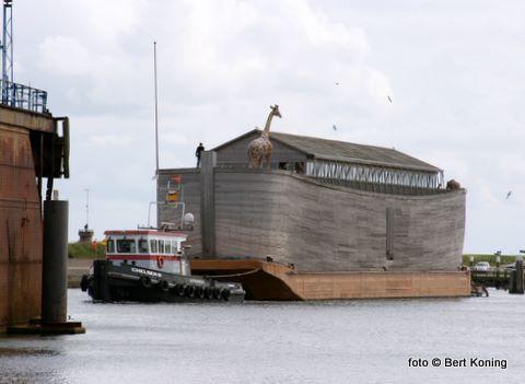 Zonder veel problemen meerde de twee slepers het 70 meter lange en 14 meter hoge gevaarte af aan de oostelijke zijde van het scheepsdok van Visser.