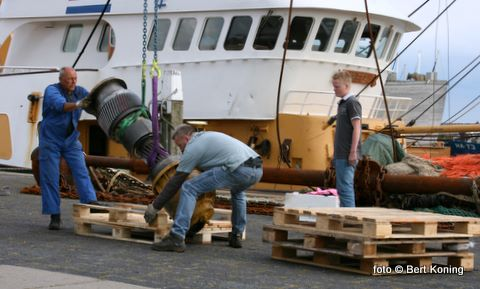 Afgelopen week werd de koppeling met een kraan uit de 'Grietje' van de firma Trap & Ellen uit Oosterend gehesen voor herstel in Rotterdam.