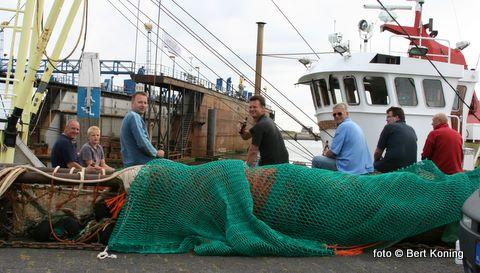 De boomkor van de TX 65 Bona Fide van garnalenvisser Erik Kalf blijkt een ideale stek om onder het genot van biertje de dag effe door te nemen.
