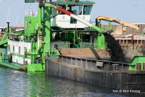 Sinds gisteren zijn de beide schepen begonnen om zowel de haven als de toegangsgeul weer op diepte te brengen.