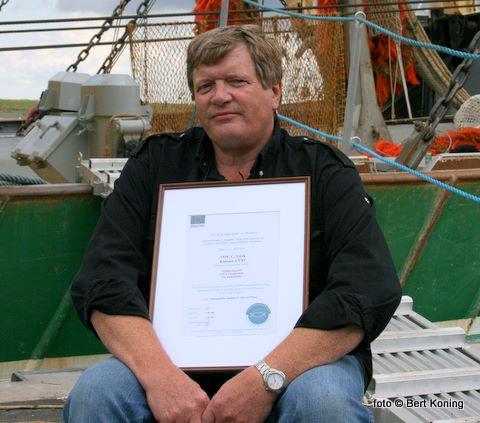 Afgelopen vrijdag ontving reder Adrie Vonk van de 'Clasina-J' uit handen van de voorzitter Jan Odink van het Produktschap Vis het alleerste Certificaat Verantwoordelijk Vissen. Adrie nam het in ontvangst namens de bemanning op de visafslag Den Helder/Texel. Naast het centificaat ontving hij tevens een bijbehorende vlag en wimpel:'voor een positief maatschappelijk vertrouwen in onze eigen Noordzeevisserij en ons eigen product' aldus Odink bij de overhandiging.