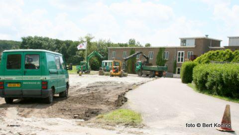 Sinds afgelopen week werkt de firma Tatenhove aan een nieuw parkeerterrein bij de Texelse Bierbrouwerij. Met de aanleg van deze circa 50 parkeergelegenheden hoopt men de overlast en de gevaarlijke verkeerssituatie aldaar aan de Schilderweg nu op te lossen.