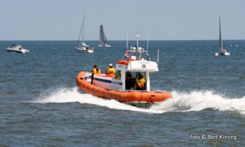 Dinsdagmiddag werd door de Beursplein 5 een catamaran met 2 opvarenden geholpen nabij De Cocksdorp. De catamaran met gebroken mast werd door de reddingboot naar Paal 33 gesleept, alwaar ook de zeilschool is gevestigd.