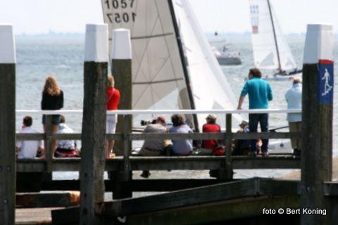 Zowel vanaf de dijk als hier op de steiger voor de haven had het publiek een prima zicht op de zeilers.