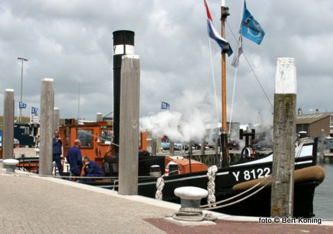 Sinds zaterdagmiddag klinkt de ouderwetse stoomfluit over de Oudeschilder haven. De Y 8122 die in 1936 van stapel liep en door vrijwilligers in de vaart wordt gehouden is tot zondagmiddag te zien in de noorderhaven.
