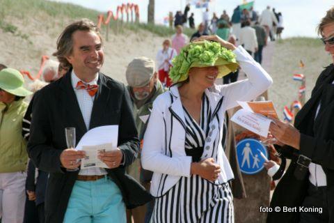 Onder de vele belangstellende werden er op verzoek van de organisatie ook diversen hoeden en andere hoofddeksels gedragen.