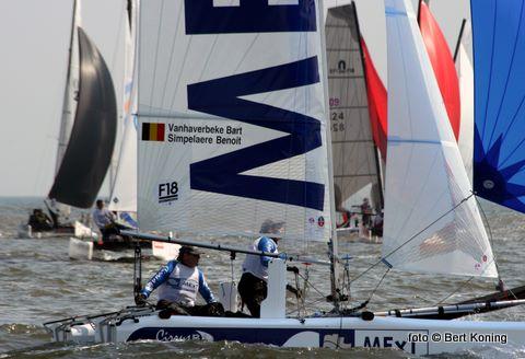 Zaterdagmorgen klinkt op Paal 17 tussen 9.30 en 10.30 uur weer het startschot voor de 32ste Zwitselleven Ronde om Texel. De ruim 500 catamarans passeren het talrijke publiek dan weer dicht onder dijk. Zoals hier bij Oudeschild.