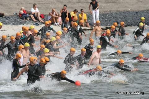 Zaterdag 11 juli om 11.30 uur klinkt weer het startschot voor de 25ste editie van de Texelse Kwarttriatlon. Voor deze jubileumtocht hebben zich vanuit heel Nederland zo'n 214 sporters ingeschreven voor de onderdelen zwemmen, wielrennen en hardlopen. Bekend Texelse triatlete Ingrid van Lubek zal deze keer het startschot lossen