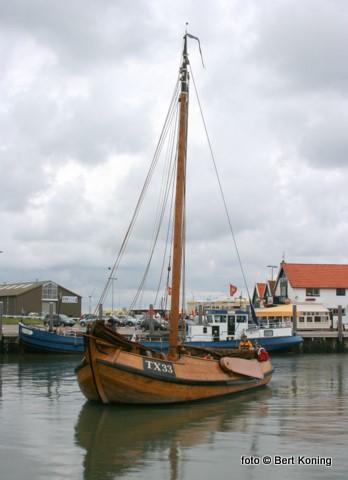 Een stukje nostalgie keert soms terug op Texel. Zo ook deze replica uit Friesland, welke door vrijwilligers met charteren in de vaart wordt gehouden. Met dit type visserschip lag de Oudeschilder haven vroeger vol. De oorspronkelijke TX 33 werd in 1918 gebouwd op de scheepswerf van Zwolsman te Workum. De familie Drijver uit Oosterend was ooit de eigenaar van dit schip, waarvan in 2000 een replica werd gebouwd.