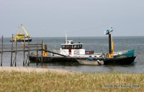 In de nacht van zondag op maandag is de veerboot van Sil Boon en Janka van der Brink losgeraakt van de steiger bij Paal 33. Vervolgens op drift geraakt en vastgelopen op de Steenplaat. De reders, die dit jaar hun 25-jarig bestaan vieren, sluiten uit dat dit 'vanzelf' is gebeurd. Door de toeristiche drukte nu is men zwaar gedupeerd. De KNRM reddingboot Beursplein 5 doet maandagavond een poging om de rondom geboeide veerboot bij hoog water weer los te slepen.