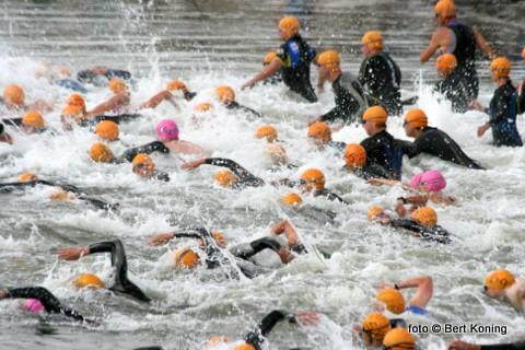 Onder ideale weersomstandigheden vond op het surfstrandje nabij Dijkmanshuizen met het onderdeel zwemmen de start plaats van de 25ste editie van de jaarlijkse kwarttriatlon.