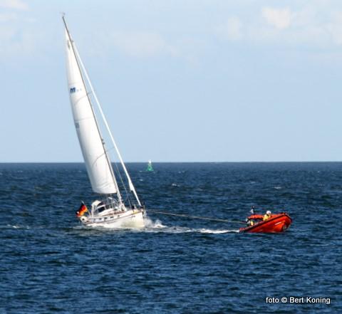 Maandagavond werd alarm gemaakt voor de reddingboot Francine Kroesen. Het 11 meter lange Duitse zeiljacht met twee opvarenden melden motor- en schroefproblemen. De reddingboot nam het jacht vanaf de Texelstroom 23 mee op sleeptouw en meerde het veilig af in de Waddenhaven.