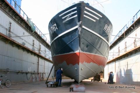 De 'Maartje' van de firma H.P. Koster en J.W. Blokker uit Den Oever staat sinds maandag in dok. Behalve het gebruikelijke onderhoud van 'knippen en scheren' worden ook nieuwe zinkanodes op de 26 meter lange kotter aangebracht.