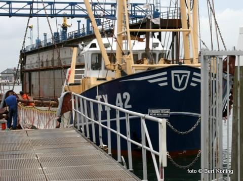 Deze week is de garnalenkotter 'Res Nova' van Rick Koning en Eric Boersen weer voor het eerst naar zee sinds de stranding van 19 juni. De TX 42 liep toen op een strekdam bij Paal 18 en raakte ernstig beschadigd aan het onderwaterschip. De KNRM De Koog en Den Helder bracht de 'Res Nova' in samenwerking met de TX 21 weer vlot. Waarna de schade hersteld werd bij Visser - Den Helder.