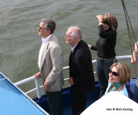 De zoon Michael Kious, diens echtgenote Patty en zuster Diana Turtletaub-Kious kijken, met Willem Bakker in het midden,  het eerbetoon van de de vliegformatie 'Missing Man' na vanaf de TX 44