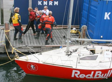 Wat zondagmiddag een gebruikelijke hulpverlening van de Francine Kroesen had moeten worden op de Waddenzee liep uit op een arrestatie van één der agressieve opvarende van het zeiljachtje Red Bull. Bij de actie was naast de KNRM zowel de RP te water als de Rijkspolitie betrokken.