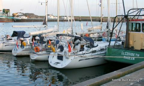 Zowel de noorder, zuider en de werkhaven boden gisteren gelegenheid voor de vele toeristische recreatievaart. De Waddenhaven was inmiddels vol.