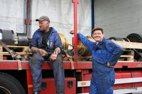De 'Grietje' van de firma Trap & Ellen uit Oosterend is na een herstelde koppeling deze week voor het eerst weer naar zee vertrokken. Aad Zegeres (l) en schipper Pieter Trap hier bij de koppeling op de trailer.