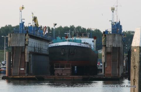 Eind vorige week werd het vrachtschip van Simon en Linda Daalder uit Oudeschild gedokt voor onderhoud bij de scheepswerf van Visser alhier.