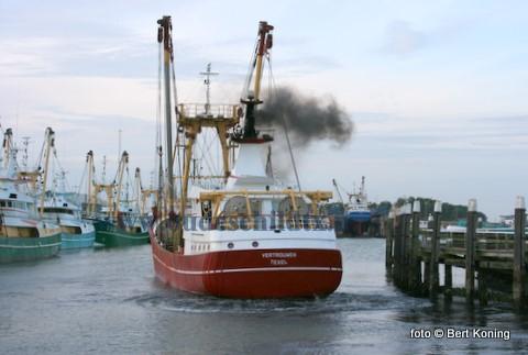 Afgelopen woensdag werd de TX 68 met een kapotte blower door de TX 19 van de firma Krijnen uit Oudeschild vanaf de Engelse kust naar Den Helder gesleept. De sleep van zo'n 80/90 mijl verliep vlot, mede door het gunstige weer. In Den Helder werd de blower hersteld, waarna vrijdag op de Texelstroom de proefvaart plaatsvond. Op de foto weet de herstelde Vertrouwen vrijdagavond, met het moeite door het extreem lage water, langzij de TX 36 te komen.