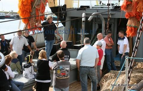 De truckers van de Dutch Mack Fanclub kregen op de vroege zondagmorgen een uitgebreide rondleiding en uitleg over de moderne visserij op de Klazina-J van de firma Vonk uit Oudeschild. Met een flink aantal trucks op de kade leek het wel als er meer pk's op de kant stonden als dat er op dat moment in de haven lagen. De truckers, die zaterdag al op Texel kwamen,  genoten van een geslaagd en informatief weekeinde op ons eiland.