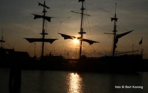 Deze tropische dagen bieden bij de zonsondergang een sfeervol avondbeeld in Oudeschild. Zo ook hier bij de driemaster Souverein uit Lelystad, welke regematig Texel bezoekt.