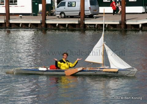 Met slechts een paar steunzeiltjes en peddels meerde de Duitse Marcus Schumann donderdagmorgen af in de Waddenhaven Texel. Zijn vaartocht, zonder navigatiemiddelen of een deugdelijke zeekaart, over ruim 500 kilometer begon in Dordmund. Via de rivieren, over het IJselmeer en de Waddenzee bereikte hij hier zijn beoogde eindbestemming na 21 dagen. De opvouwbare kayak gaat per auto het komende weekeinde weer naar Duitsland.