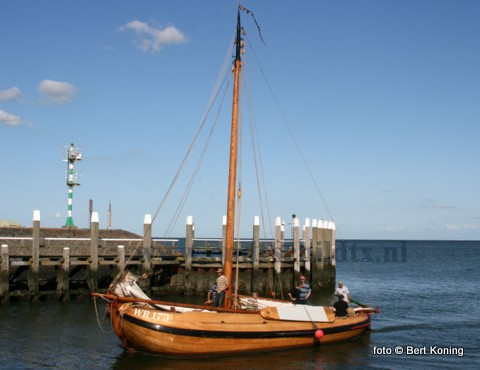 De WR 173 uit Den Oever bezoekt met regelmaat de haven van Oudeschild met een charterreisje. De bijna 12 meter lange aak, die in 1999 uitgeroepen werd tot een varend monument, werd in 1915 gebouwd op de scheepswerf van Zwolsman in het Friese Workum. Nu wordt het schip in de vaart gehouden door de Verening Aak uit Wieringen.