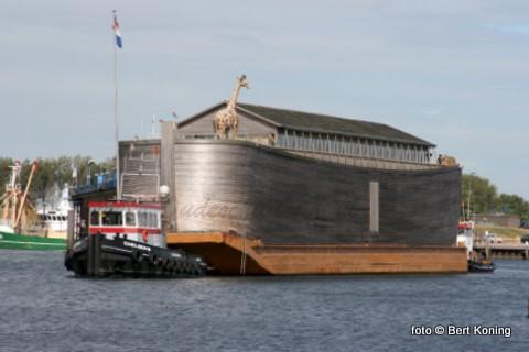 Na een verblijf sinds begin juni heeft maandagmiddag de Ark van Noach de haven van Oudeschild verlaten.