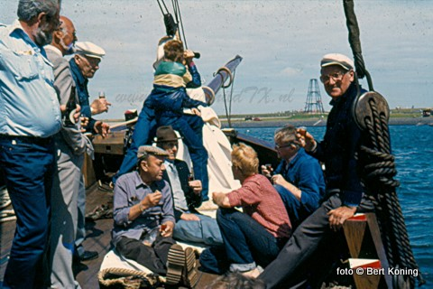 Terug naar de begin jaren tachtig voor de IJzeren Kaap. De replica blazer TX 11 nam hier de vlootschouw af met aanboord o.a. de oud-schippers Vlaming en van der Schans. Hier in gezelschap van de oud-burgemeester Jo Engelvaart. Inmiddels wordt in Friesland hard gewerkt om deze replica, die ooit bij het Zuiderzeemuseum lag, opnieuw in de vaart te krijgen.