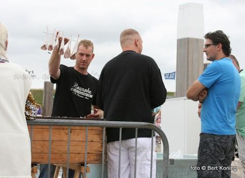De Oudeschilder visroker Ron Buijsman, Robert Schulze en en Theo Kikkert wonnen afgelopen zaterdag de Strender Visrookwedstrijd. Helaas waren er dit jaar in Oosterend weinig deelnemers. De opbrengst van de verkochte vis komt ten goede aan het Groene Weggetje tussen Oosterend en Oost. Ron Buijsman toont hier zijn te roken ponen op het afgelopen Visfestijn.