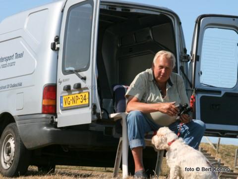 Bij mooi weer was deze ex-kottervisser en voormalig uitbater van hotel De Zeven Provinciën hier dagelijks te vinden aan de dijk bij de Waddenhaven. Met de verrekijker in de aanslag geniet hij hier met de hond van de rust en al het passerende scheepvaartverkeer.