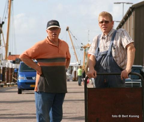 Twee Oostrender kottervissers op de vrijdagmorgen voor de CIV. Links Kees Drijver, die nog mee kan praten over de oude visserij in de vorige eeuw met de blazer TX 33 Poolster en rechts Jan Drijver van de (ex) TX 9 Deo Juvante.