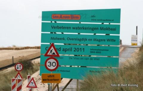 Direct na de bouwvakvakantie is men begonnen met de verhoging van de dijk aan de Mokbaai. Op de NIOZ-haven vindt de overslag van het stortsteen plaats en zorgt Jaap Hopman voor het vloeibare asfalt wat daar geladen wordt ter versterking van de nieuwe dijk aan het Molwerk nabij de Petten.